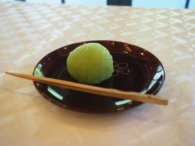 大阪の藤井寺にある道明寺天満宮、菅原道真公の誕生日の6月25日には、菅公生誕祭が行われます。<br />午前9時からの斎行ですが、それには間に合いませんが、薄茶の接待があるようなので、行ってみることにしました。<br /><br />【写真は、薄茶の無料接待のお菓子です】