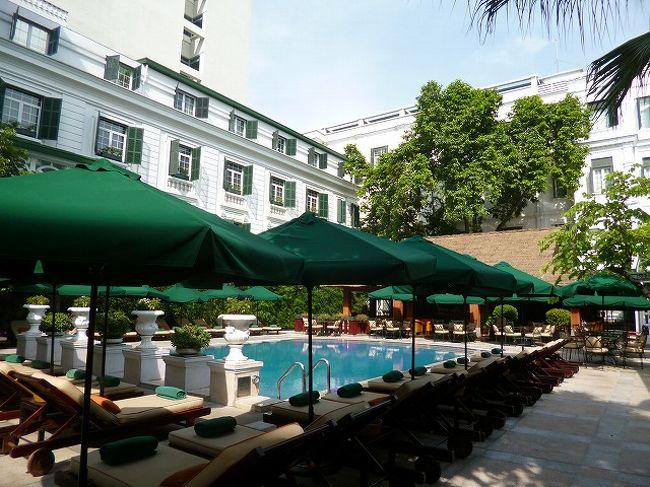 ベトナム最終日の10日は、夕方18:00までにチェックアウト、20:30に空港に向かう迎えが来る以外の予定はなく自由時間。<br /><br />まずは朝食。この日もフォーと果物中心。<br /><br />外をうろうろ歩くには暑いし、道路を渡るのも恐いし、特別観光したいところはないし・・で、ホテル好きとしては、行きの飛行機で聞いたメトロポールホテルが気になってタクシーで行きました。<br />せっかく行くからには・・とスパの予約もとってありました。日本の半額くらいでいいマッサージが受けられます。スパの前に少し見学したいので、早めに出かけました。スパとショップに行きたいというと、コンシェルジュが案内の女の子をつけてくれました。予約にはまだ早いのでショップへ。買いたいと思うほどのものはなかったけど、ようやく絵葉書を見つけ買いました。<br /><br />まだ時間があり、プールの横にあるカフェでお茶。前日の失敗があったので、砂糖なしのアイスティーと念を入れて注文。思い通りのものが来ました。<br />お茶を飲みながら絵葉書を書きました。<br /><br />都会にありながらコロニアルなリゾートの雰囲気。<br /><br />時間になりスパに行くとまずはお茶。少しサウナに入った後マッサージ。気持ち良かったです。<br /><br />終わったらお昼で、せっかくなのでここでランチ。<br />フレンチを食べました。<br /><br />マッシュルームのフリカッセと仔羊を食べましたが、雰囲気はいいもののちょっと期待外れだったか・・。<br /><br />帰りにコンシェルジュに葉書を頼んできました。<br /><br />タクシーで泊まっているホテルに戻り、チェックアウトまでのんびり。<br /><br />チェックアウトの時間に手続した後、ドリンクチケットをもらっていたので、バーでスプライトを飲み時間つぶし。<br /><br />20:30前に迎えが来て空港へ。<br />カウンターが開くまで15分くらい待つことになりました。<br /><br />ベトナム風のしょうゆが欲しかったけど見つからず残念。<br /><br />ラウンジでフォーなどの軽い夕食。<br />夜中0時過ぎの離陸で夕食は出ず、朝食が出るのみ。<br />帰りは乗客が少なく、3分の1は空いていました。<br />離陸も予定通りスムーズで・・予定より1時間近く早い到着だと、3時ころ起こされ朝食。あまり眠れなかったし、あまりおなかが空かず少ししか食べられなかった・・。<br /><br />成田~伊丹の便は夕方までないのでリムジンで羽田へ。<br />道路渋滞で、木更津で降りてアクアラインを通りました。<br />おかげで予定の前の便に間に合う時間に羽田についたのだけど、満席とのことで結局予定便で無事に帰りました。<br /><br />ラグビーを応援する飛行機がありましたが、これではありませんでした・・。<br /><br />