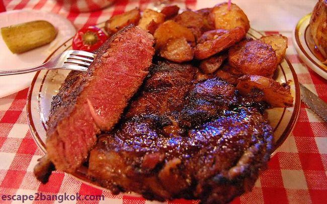 やっぱりニューヨークに行ったら『にく、ニク、肉』でしょ!!! <br /><br />このお店はニュージャージー州のホーボーケン、マンハッタンとハドソン・リバーを挟んだ町の名物店『アーサーズ・ステーキハウス』です。<br /><br />◆サマリー<br /><br />私の中ではステーキと言えば『フィレンツェで食べたビステカ(Tボーン・ステーキ)』だったんです。<br /><br />でも、ニューヨークにやってきて、フィレンツェで食べたステーキとニューヨークで食べてるものが違うと思い始めました。有名なブルックリン『ピーター・ルーガー』や日本にも出店したマンハッタンの雄『ウォルフガング』はお上品で、ちょっとイメージが違ったんです。<br /><br />そんな時、イタリア系ニューヨーカーの同僚が教えてくれたのが、ホーボーケンの『アーサーズ・タバーン・ステーキハウス』でした。<br /><br />『カジュアル・ステーキ』とでも言うのか、派手目なバーでカクテルかなんか飲みながら席が空くのを待つ。<br /><br />やっぱり、アメリカって、荒野の一軒家に派手派手な内装のバーがあって、そこでアメリカ人が肉食ってる、みたいな・・・カジュアルで気軽。<br /><br />そもそも、我が家には『ピーター・ルーガー』などは高級すぎ・・<br /><br />◆お店情報<br /><br />お店:Arthur's Steak House<br />HP:https://arthurshoboken.com/<br />営業時間:<br />Sunday-Thursday:1100-2200<br />Friday-Saturday:1100-2300<br />電話:+1 201-656-5009<br />住所:237 Washington St, Hoboken, NJ 07030<br /><br />◆つづきはこちら!<br /><br /> https://www.escape2bangkok.com/entry/arthurs-steaks-hoboken<br /><br />◆ニューヨーク美味い物<br /><br /> https://www.escape2bangkok.com/entry/category/oversea-travel/newyork-navi/nyc-gourmet<br /><br /><br /><br />