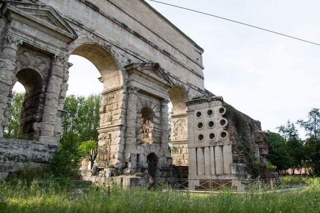 ローマ再訪~古代ローマ遺跡三昧の旅<br /><br />2007年にローマを初めて訪れたときに古代ローマの魅力にはまり、それ以来いつかお膝元のローマの遺跡巡りをしたいと思っていました。<br />そして2018年のゴールデン・ウィーク、うまいこと休みが取れたので、急に思い立って念願のローマの遺跡巡りに出かけることにしました。<br />訪れた遺跡は全部で70個。古代ローマ遺跡まみれの4泊5日の旅です。<br />(調べるうちに知らない遺跡を気付かずに見ていたことがわかり数が増えました。)<br /><br />※今回訪れたローマ遺跡には【遺跡No.8】のように見た順に番号を振っています。<br /><br />∴∵ ∴∵ ∴∵ ∴∵ ∴∵ ∴∵ ∴∵ ∴∵ ∴∵ ∴∵ <br />【3】まだ明るいのでテルミニ駅近くの遺跡めぐり (2018/4/30)<br />ハドリアヌスの別荘の見物を終えてローマに戻り、まだ明るいのでテルミニ駅に近いマッジョーレ門とラテラノ大聖堂を回ります。<br />テルミニ駅に最近できたフードコートで、日本で普段見るのとはちょっと違うカルボナーラに出会いました。<br />ここまでで見たローマ遺跡の数は8個です。<br />∴∵ ∴∵ ∴∵ ∴∵ ∴∵ ∴∵ ∴∵ ∴∵ ∴∵ ∴∵ <br /><br /> 【1】ローマ到着~予想外の古代ローマ遺跡に遭遇 (2019/4/29)<br /> 【2】ハドリアヌスの別荘~静かにひっそり過ごす別荘だと思ったら・・・ (2018/4/30)<br />&gt;【3】まだ明るいのでテルミニ駅近くの遺跡めぐり (2018/4/30)<br /> 【4】ローマ市内遺跡めぐり~1日で42個の遺跡を一筆書きで歩いて巡る 【前編】(2018/5/1)<br /> 【5】ローマ市内遺跡めぐり~1日で42個の遺跡を一筆書きで歩いて巡る 【後編】(2018/5/1)<br />&gt;【6】アッピア街道~起点から4km、埃っぽいアッピア街道を歩く (2019/5/2)<br /> 【7】帰国 (2019/5/3-4)<br /><br />参考資料<br />・「とんぼの本 ローマ古代散歩」小森谷 慶子、小森谷 賢二<br />・「世界のオベリスク」 http://www.obelisks.org/