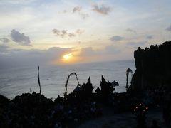 インド洋の夕陽を背景にウルワツ、ケチャダンス