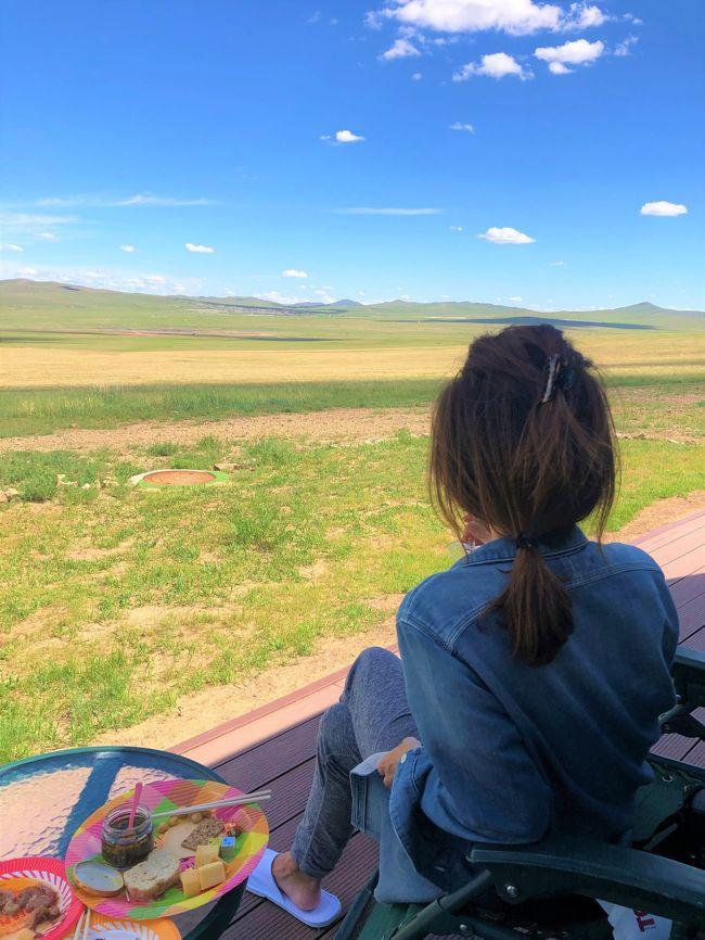 草原でピクニック<br />サンセットをみる<br />乗馬<br />モンゴルの草原でしてみたかった事です。<br /><br />滞在したHSハーンリゾートは最高でした。<br />日本の経営らしく日本語を話すスタッフが常駐で至れり尽くせり。<br />とっても甘やかされた滞在です・苦笑<br />そしてウランバートルで宿泊したシャングリラ。<br />オープンして3年目だったかな。<br />ホライゾンクラブ(ラウンジアクセス)にしたけど。。。。。ご参考まで。<br /><br />エアーチャイナのサービスも良かったし北京乗り継ぎも問題なく快適だったエアー<br />HSハーンリゾートでの滞在は申し分なし。<br />って事で再訪有のモンゴルです。<br /><フライト><br />6/23 NH991 羽田/関西 13:05-14:30 (Y)<br />6/24 CA162 関西/北京 09:00-11:20 (C)<br />        CA955 北京/ウランバートル 14:55-17:10 (C)<br />6/28 CA902 ウランバートル/北京 11:50-13:55 (C)<br />    CA183 北京/羽田 17:10-21:30 (C)<br /><ホテル><br />ホテル日航関西空港 <br />Kempinski Hotel Khan Palace <br />HS Khaan Resort Hotel <br />Shangri-La Hotel Ulaanbaatar <br /><日 程><br />6/23 羽田から関空 ANA利用 ホテル:ホテル日航関西空港<br />6/24 関空から北京経由ウランバートル CA利用 ホテル:ケンピンスキーハーンパレス<br />6/25 ケンピンスキーホテルからHSハーンリゾート移動<br />6/26 HSハーンリゾート滞在<br />6/27 HSハーンリゾートからシャングリラホテル移動<br />6/28 ウランバートルからCA利用 北京経由羽田着 帰国
