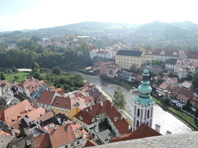 9月25日<br />ブラチスラバ(スロバキア)からバスでプラハ(チェコ)に移動。<br />プラハでアパートメントを借りました。荷物をここに置いて明日はチェスキークルムロフへ行きます。<br />9月26日<br />朝1番のバスで「世界で一番美しい街」と言われるといわれるチェスキークルムロフへ。<br />チェスキークルムロフ観光、夜景観光。<br />チェスキークルムロフに泊まります。<br />9月27日<br />チェスキークルムロフ城博物館見学、塔に登ります。<br />バスでプラハに帰ります。