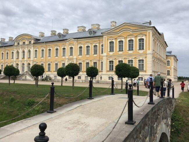 バルト三国4泊7日トルコ経由(4/7)<br />ルンダーレ宮殿<br /><br />ラトビアです。<br />シェーンブルン宮殿のマリアテレージア、ベルサイユ宮殿の娘マリーアントワネット、<br />ロマノフ王朝のカテリーナ2世のルンダーレ宮殿の三国同盟でプロシアに対抗したそうです。<br /><br />昼食も宮殿レストランのRundales Pils Restorans で頂きました。<br /><br />午後はリガに戻りリガの歴史地区の観光です。<br />