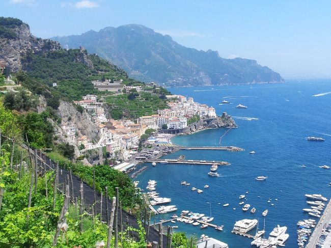 青い海が恋しくなって、南イタリアに行くことにした。<br /><br />ずっと前から行きたいと思っていたアマルフィがまず浮かび、アクセス方法を調べていたら最寄空港がナポリと分かり、ナポリでピッツァも食べたい!ということでナポリも追加。<br />地図を眺めていたらカプリ島も近い事が分かる。名前は聞いたことがあるけれどどんな島?と思ったらあの有名な「青の洞窟」がある島なのね。<br />こりゃ行かねば!ということでカプリ島も追加。<br /><br />折しもヨーロッパに記録的な熱波の到来した1週間、暑い暑い6泊7日の旅になった。<br /><br />旅程:<br /><br />6月23日(日) 早朝出発、空路ナポリから陸路アマルフィ アマルフィ泊<br />6月24日(月) アマルフィ泊<br />6月25日(火) 高速船でカプリ島に移動 カプリ島泊<br />6月26日(水) カプリ島泊<br />6月27日(木) 高速船でナポリに移動 ナポリ泊<br />6月28日(金) ナポリ泊<br />6月29日(土) 深夜帰宅