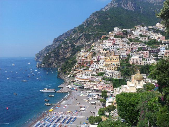 青い海が恋しくなって、南イタリアに行くことにした。<br /><br />ずっと前から行きたいと思っていたアマルフィがまず浮かび、アクセス方法を調べていたら最寄空港がナポリと分かり、ナポリでピッツァも食べたい!ということでナポリも追加。<br />地図を眺めていたらカプリ島も近い事が分かる。名前は聞いたことがあるけれどどんな島?と思ったらあの有名な「青の洞窟」がある島なのね。<br />こりゃ行かねば!ということでカプリ島も追加。<br /><br />折しもヨーロッパに記録的な熱波の到来した1週間、暑い暑い6泊7日の旅になった。<br /><br />旅程:<br /><br />6月23日(日) 早朝出発、空路ナポリから陸路アマルフィ アマルフィ泊<br />6月24日(月) アマルフィ泊<br />6月25日(火) 高速船でカプリ島に移動 カプリ島泊<br />6月26日(水) カプリ島泊<br />6月27日(木) 高速船でナポリに移動 ナポリ泊<br />6月28日(金) ナポリ泊<br />6月29日(土) 深夜帰宅<br />