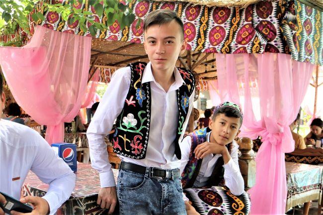 まだ訪れたことのない、中央アジア、<br />サマルカンドという響きにもひかれ、ウズベキスタンへ。<br /><br />一人旅も検討してみたが、古都ヒヴァまで行くとなると、シニアの一人旅には、いささか荷が重そう、<br />ということで、ツアーに一人参加してみた。<br /><br />国内線飛行機の時間の都合で、ホテル到着がたびたび深夜だったり、<br />日中の観光が35度以上の猛暑の中だったり、<br />厚い国の食事なので、脂っこいものや肉中心だったり、<br />で、参加者の中では、体調を崩される方も続出。<br />と、なかなかに、ハードな旅でしたが、<br />それも含めて、中央アジアを満喫!<br /><br />その3、青の幻想サマルカンドとバザールの熱気、<br />    首都タシケントでの、地下鉄体験などです。