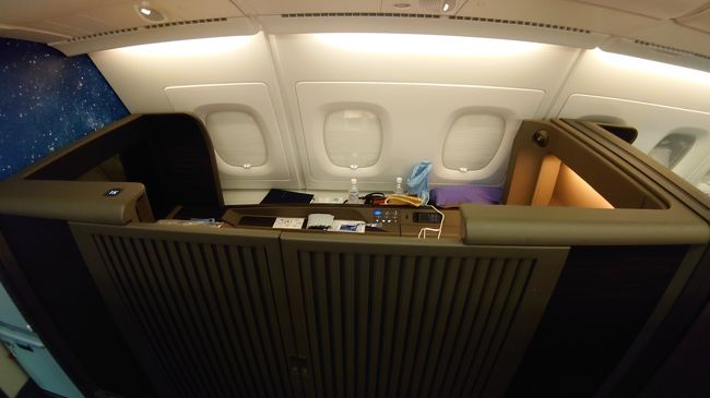 ANAホノルル線NH184便ファーストクラスに搭乗したので、まずは簡単に機内設備の様子からアップしてみます。<br /><br />追記(NH183便機内より)<br />実はこちらは、簡易版としてスマホの画像で、モアナサーフライダーのベッドに転がって作成したものです。<br /><br />今2号機で成田に向かって、飛行中です。帰ったらきちんとした旅行機をアップしたいと想います。