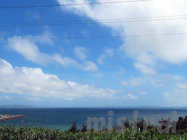 """09年から始めた美ら海水族館を中心とした沖縄通い。<br />2014年頃からは、目的が徐々に変わり、水族館にも行くけれど、梅雨明け直後のこの時期の沖縄を楽しむ旅に。<br />同じ宿に泊まり、ほぼ同じようなところを回ってきた10年。<br />知人や友人もできて、何となく""""里帰り""""的な感じもある毎年の恒例行事。<br /><br />困るのは、これが終わった今、腑抜けな感じになってしまうことだな。"""