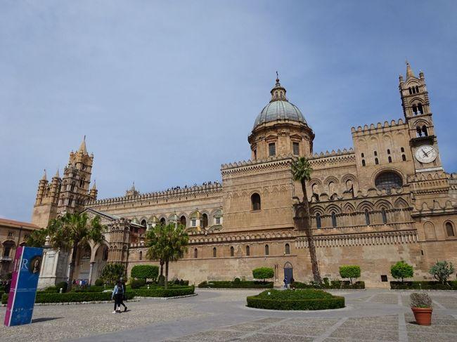 パレルモ大聖堂(Cattedrale di Palermo)<br />フェデリーコ2世の生涯の節目を彩るカテドラーレです。<br /><br />1197年9月28日、フェデリーコ・ルッジェーロの父、神聖ローマ帝国皇帝ハインリッヒ6世が、メッシーナで赤痢で急死しました。母コスタンツァは急ぎ息子をフォーリニョからパレルモに呼び戻しました。その子はまだ3才でした。<br />今回の旅行記はカテドラーレから始まります。<br /><br />パレルモ大聖堂ホームページにあるフェデリーコ2世の棺改葬時遺体調査を翻訳しました。13枚目写真の次です。<br /><br />この旅行記を書くにあたり、参考にした資料は下記に列挙してあります。<br />フェデリーコ2世紀行-1 イエージ・誕生<br />https://4travel.jp/travelogue/11505518<br /><br />なおこの旅行記はフェデリーコ2世の年代記風に並べたいと思います。4Travelではブログは旅行日順に並ぶので、表紙写真下に表示される訪問日と実際の訪問日は異なります。パレルモ滞在は4月15日―20日です。