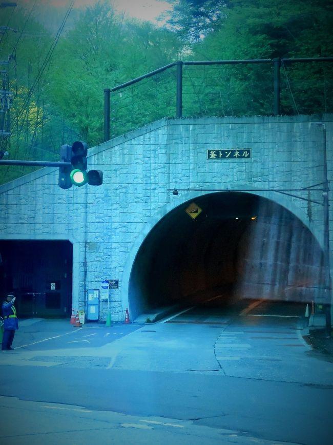 松本バスターミナル   5:30     さわんどBT 6:39  <br />大正池   6:57  上高地 着  7:05<br /><br />釜(かま)トンネルは長野県道24号上高地公園線上にある、長野県松本市安曇中の湯にあるトンネル。観光客が年間200万人にも及ぶ上高地へ通ずる車道はこの県道のみであるため、すべての車両がここを通過する。釜トンネルの名称は、県道と併走して流れる梓川がこの付近で狭小となり、激流の水しぶきが沸騰する湯けむりのように見えるため釜ヶ淵と呼ばれていることに因む。 <br />総延長は1,310 m、幅員は7.0 m(路肩含む)、計画交通量は2,100台/日(うち大型車は800台/日)、設計速度は30 km/hである。最大勾配は10.9パーセントで、トンネル両端での標高差は約100 mにも及ぶ。トンネル南側の国道158号との分岐点には、県道を冬季通行止めとするためのバリケードがある<br />1935年(昭和10年) - 乗合バスが河童橋まで運行。<br />1996年(平成8年) - マイカー規制が通年に拡張された。 <br />現在のトンネルは、旧道の代替ルートとして2002年(平成14年)から2005年(平成17年)にかけて建設された。<br />2005年7月2日 - 全線開通。新たな釜トンネルは2車線が確保され、歩道も設置された。<br />(フリー百科事典『ウィキペディア(Wikipedia)』より引用)