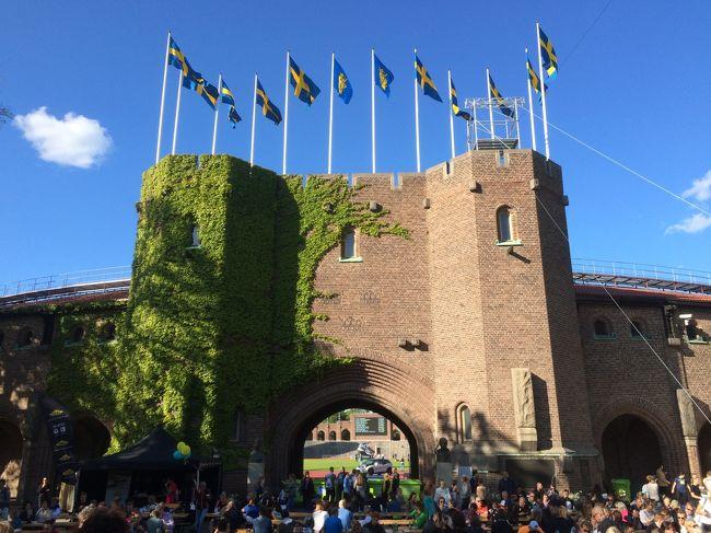 明日のストックホルムマラソンを前に<br />ゼッケンの受け取りでエキスポへ。<br /><br />エキスポ会場は1912年にストックホルムオリンピックが行われた<br />オリンピックスタジアム(タイトル写真)の隣にあるフットボール場。<br /><br />今日も晴天。<br />青空にスウェーデン国旗がマッチ!<br />エキスポに行くとテンションが上がっちゃう♪<br />無料のパスタパーティーがあるらしいので行ってみよう♪<br /><br />今回のマラソンで楽しみにしているのが、<br />マラソン大会当日、ドイツ在住の知り合いとその妹さんに会う事!<br />2人ともマラソンランナーで、妹さんはストックホルム在住。<br />なんとエキスポでも2人に偶然会えたのでビックリ!<br />ご縁を感じちゃうな。嬉しい(^^)<br /><br />エキスポについて出来るだけ詳しくまとめました。<br />エントリーについては旅行記(1)に記載しています。<br />ストックホルムマラソンをご検討中の方や、<br />海外マラソンに興味をお持ちの方へ、参考になれば幸いです!<br />また、ご興味のない方にも、エキスポってこんな感じなんだって<br />思っていただけたら嬉しいです!<br /><br />それではエキスポの様子、ご一緒におつきあいください!<br /><br /><今回の旅について><br />旅のきっかけはちょうど1年前。<br />友人とヘルシンキマラソンを走った後、ストックホルムへ。<br /><br />市庁舎のレストランでノーベル賞受賞祝賀晩餐会の<br />メニューを食べた後、ストックホルムマラソンの垂れ幕が!<br /><br />その時、二人とも思った!<br />「ここが走れるなんて素敵だね!来年走りたいね!」って。<br />そして帰国後、ストックホルムマラソンを走る旅の計画がスタート。<br /><br />友人も私もJALが大好き。<br />JAL特典航空券でまず往路ヘルシンキ便が決定。<br /><br />ヘルシンキ⇔ストックホルム間の移動は後で考えるとして、<br />他にどこへ行こうかな?<br /><br />いつかヘルシンキ→サンクトペテルブルクへの国際列車に<br />乗りたいと思っていた♪<br />モスクワのボリショイ劇場で本場のバレエ・オペラが観たいな♪<br />本場のボルシチ・ピロシキも食べたいな♪<br /><br />どんどんロシアへの夢が膨らんでいく・・・<br />それならロシアに行ってみよう!<br />JAL特典航空券で復路モスクワ便が決定。<br /><br />マラソンとロシア、両方主役の旅♪<br /><br />ストックホルムは2度目だけど、ロシアは初。<br />自力でビザを取得し、列車・ホテル・劇場チケット等はネットで予約。<br /><br />ロシア入国審査やモスクワのホテル変更等、ドキドキな場面もあったけど、<br />マラソン当日以外は全部晴天(笑)だったし、今回も楽しい旅でした!<br /><br />前回の北欧旅行に引き続き、今回も私の欲張りな企画に<br />「ミステリーツアーみたいで面白いよ!」って言って<br />全てお任せで一緒に行ってくれた友人に感謝です(^^)<br /><br /><旅行日程><br />【ストックホルム】<br />5/30 成田10:40→ヘルシンキ14:50 JL413<br />ヘルシンキ20:25→ストックホルム20:25 AY819<br />★5/31 世界遺産ドロットニングホルム宮殿、マラソンエキスポ、ノーベル博物館<br />6/1 モーニングラン、ストックホルムマラソン12:00(42.195km)<br />6/2 グランドホテル「ベランダ」のスモーガスボード<br /><br />【ヘルシンキ】<br />6/3 ストックホルム8:30→ヘルシンキ10:30 AY802<br />「かもめ食堂」のロケ地へ<br />ヘルシンキ16:00→サンクトペテルブルク19:27 国際列車アレグロ2等<br /><br />【サンクトペテルブルク】<br />6/4 モーニングラン(7.3km)、エルミタージュ美術館、運河クルーズ、バレエ「ジゼル」(ミハイロフスキー劇場)<br />6/5 「罪と罰」の舞台へ、夜のエルミタージュ美術館<br /><br />【モスクワ】<br />6/6 サンクトペテルブルク9:10→モスクワ13:05 サプサン1等<br />6/7 クレムリン、メトロポールのティーセレモニー<br />6/8 モーニングラン(1km)、メトロポールの朝食