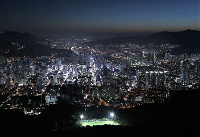 2019年7月はエアプサンで釜山に行ってきました。今回の旅の目的は釜山の夜景と釜山競馬場で競馬観戦。<br /><br />第1日目は釜山最大の夜景スポットと言われる「荒嶺山」海抜427mで<br />一度は着てみたいと思っていた夜景を鑑賞しました。<br /><br />第2日目は天馬山に登って山頂から釜山の景色を鑑賞。<br />5年ぶりに甘川文化村に行ってきました。<br />5年で観光客を多くなり、見所(フォトスポットなど)変わった所もあり<br />ました。5年前の画像と見比べてみたいと思います。<br />夜は天馬山中腹の天馬路から見る夜景を鑑賞。<br /><br />第3日目は釜山競馬場に行って競馬観戦をしました。<br /><br />全日程<br />◎第1日 2019年7月5日(金)<br />    福岡空港(11:45分発)エアプサンBX141 釜山(12:40分着)<br />    釜山 荒嶺山で夜景を鑑賞<br />            <br />第2日 2019年7月6日(土)<br />    釜山 甘川文化村 天馬山展望台<br />    チャガルチ市場 天馬山で夜景観賞<br />第3日 2019年7月7日(日)<br />    釜山 釜山競馬場で競馬観戦<br />    釜山(17:55分発)エアプサンBX144 福岡空港(18:50分着)<br />