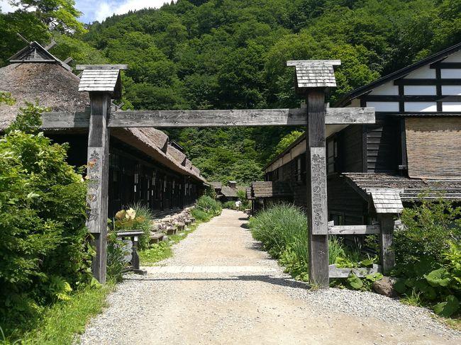 どこかにマイル8度目は、宮崎、小松、松山、秋田の中から、気分はすでに高千穂峡にあったのですが、翌日届いたメールはこれはないと思っていた秋田でした。<br />このところ立て続けに、希望しているところに決まっていたのですが、久しぶりにハズレでした。<br />でも、乳頭温泉の秘湯巡りや角館の武家屋敷の街並み散策、田沢湖や男鹿半島など、調べてみるといろいろ興味をひくものが出てきて、これは以外に当たりだったりして・・・<br />期待しながらレンタカーと宿を手配して行ってきました。<br />前から行ってみたかった、秋田の山奥の秘境、乳頭温泉郷<br />予想以上に良かったです。<br />こちらは初日の角館、乳頭温泉、田沢湖、最期にちょっとだけ内蔵の街 増田を紹介します。<br />