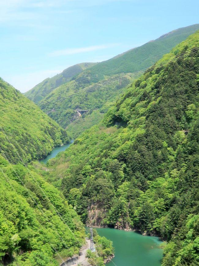 国道158号は、福井県福井市から岐阜県高山市を経由して長野県松本市に至る一般国道である。 <br />国道158号は岐阜県北部の山間部を東西に横断して敷設され、油坂峠と新軽岡峠、安房峠といった、急峻な峠を通過する。旧道はこれらの峠を越える狭隘な道路(いわゆる「酷道」)であるが、それぞれに峠を短絡するトンネルが建設され、新道が開通している。<br />長野県松本市安曇では梓川の谷沿いを走り、ダム建設時の道路がそのまま国道となっているため、大型観光バスのすれ違いが困難な狭小トンネルやトンネル入り口での急カーブがある。<br />2014年に奈川渡ダムの下流で、長さ2,200メートルの新トンネルを掘削する奈川渡改良工事の準備が開始された。 2015年現在、国道158号に並走する形で中部縦貫自動車道が整備中で、油坂峠と安房峠のトンネルは先行して建設され、すでに供用されている。<br />(フリー百科事典『ウィキペディア(Wikipedia)』より引用)<br /><br />アルピコ交通バスについては・・<br />http://www.alpico.co.jp/access/kamikochi/shinshimashima/<br /><br />上高地 については・・<br />https://www.kamikochi.or.jp/learn<br />
