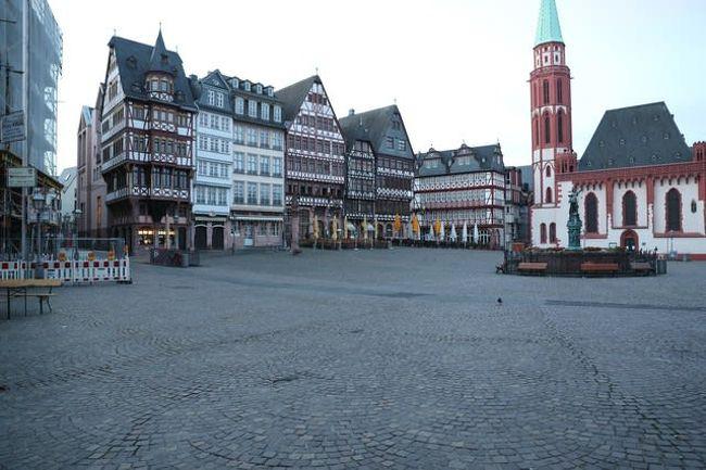 ドイツ中西部ヘッセン州の商工業都市フランクフルト(Frankfurt am Main)の旧市街にある広場。ゴシック様式で木組みの切妻(きりづま)型の建物である旧市庁舎レーマー、後期ルネサンス様式の15世紀の貴族の館ハウスヴェーアトハイム(戦後復元されたもの)、ニコラス教会(聖堂)など、フランクフルトを代表する歴史的な建築物が取り囲んでいる。また、石畳の広場中央には、公正を表す天秤を持った正義の女神の噴水とバロック様式のミネルバの噴水がある。かつて、レーマーで神聖ローマ帝国の皇帝の戴冠式が行われた日には、この広場で受難劇が演じられ、噴水からはワインが流れ出て市民に振る舞われたといわれる。現在は市民の憩いの場となっていて、マイン川の夏祭りやクリスマス市の開催場所として多くの人出でにぎわう。また、広場周辺には大聖堂やユダヤ博物館、パウルス教会などの由緒ある建物や、モダンアート美術館などがある。