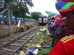 ヤンゴン環状線 の 駅で野菜を売る