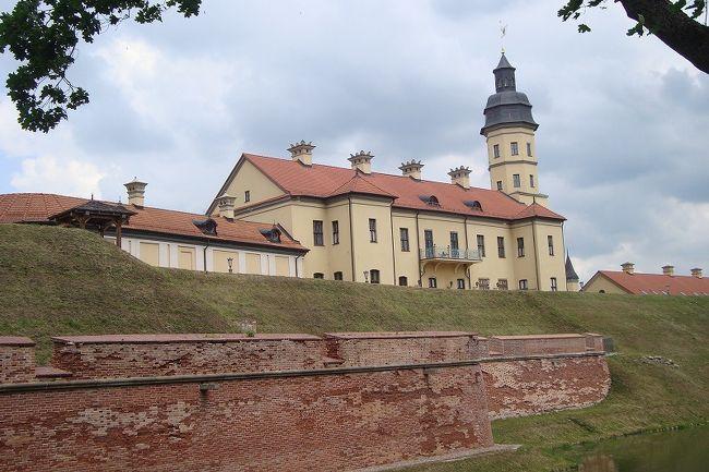 今回は、ビザなしで謎の国、白ロシア(ベラルーシ)を観光リトアニアや、ワルシャワ7日間、主に古城を巡ってきました。<br />日程は下記。<br /><br />6月17日 成田→ワルシャワ経由リトアニア(ビリウス(泊)<br />6月18日 カウナス観光、<br />6月19日 トラかい観光 リトアニアからワルシャワへ<br />ワルシャワから白ロシア(ベラルーシ)ミンスク泊<br />■6月20日 ミンスク  ミャースヴィシュ城へ<br />6月21日 ミンスク    ミール城<br />6月22日 ワルシャワ泊 「聖シモン・聖エレーナ教会」【世界遺産】ワルシャワ歴史地区観光<br />6月23日 午後 成田行<br /><br />