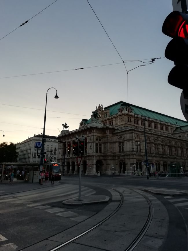 ヨーロッパはツアーで行くものと思っていたのに、なりゆきで個人旅行の一人旅となりました。<br /><br />☆1日目 【移動】セントレア→ヘルシンキ→ウィーン<br /> 2日目 【ウィーン市内】リンク一周、王宮、ケルントナー通り<br /> 3日目 【ウィーン市内】シェーンブルン宮殿、モーツァルトハウス、楽友協会<br /> 4日目 【メルク】メルク、ドナウ河クルーズ、デュルンシュタイン<br /> 5日目 【ウィーン市内】ハイリゲンシュタット、買い物、コンチェルトハウス<br /> 6日目 【移動】ウィーン→ヘルシンキ→セントレア<br /> 7日目 【移動】早朝セントレア到着<br /><br /><br />※お金のまとめ(1ユーロ=125円)<br />飛行機    140,000円<br />ホテル    152,000円グランドホテルウィーン5泊朝食付き<br />現地交通費   12,600円<br />食事          22,750円<br />観光施設入場料  7,150円<br />コンサート     11,250円<br />お土産         5,400円<br />その他         2,200円<br />合計         353,350円<br />