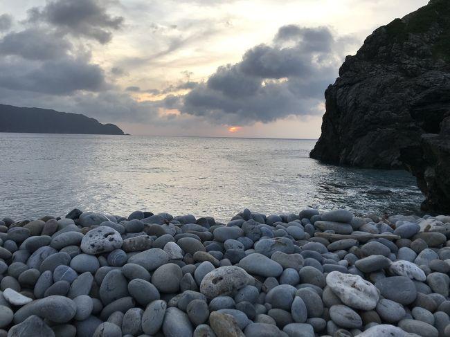 <すみません、制作途中です> <br />スマホの位置情報オンにして撮影したんですが反映されなくて<br />海岸の見分けがつかなくなってます <br />写真の順番入れ替えてコメント入れる予定です <br /><br />再び奄美大島 一泊旅行 LCCで行ってきました<br />7月も中旬というのにまだ梅雨が明けず…と思ってたところ<br />ちょうど 梅雨明けの宣言がでました<br />曇りときどき雨降でしたが・・・・<br /><br />前回 南部(特にホノホシ海岸・高知山展望台)へ行けなったのを気にかかり<br />再び 行ってきました奄美大島<br /><br />諸般の都合で1泊 南部 嘉鉄に泊まり <br />高知山展望台で夕日チャレンジ<br />ホノホシ海岸で朝日チャレンジしてきました♪<br /><br />夕日も朝日も がっつりは見られず<br />雲越しの太陽で暗く明るくなる景色を眺めてきました