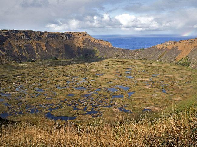 7日間のイースター島滞在中、4つの現地ツアーに参加しました。前編では、その内の1日ツアーと2つのツアーで巡った遺跡と、後日レンタカーで回った観光スポットなどについて綴っています。<br /><br />現地ツアー会社:Easter Island Tours(https://www.easterisland.travel/tours/)<br />        Green Island Tours(https://www.gitourseasterisland.com/en)<br />        Adventure Terevaka(https://imaginaisladepascua.com/en/things-to-do-on-easter-island/easter-island-horseback-riding/adventure-terevaka/)<br />訪れた場所:アナケナビーチ、テピトクラ、パパバカ、プナパウ、アフアキビ、<br />      タハイ儀式村、ラノカウ展望台、オロンゴ儀式村、テレバカ山
