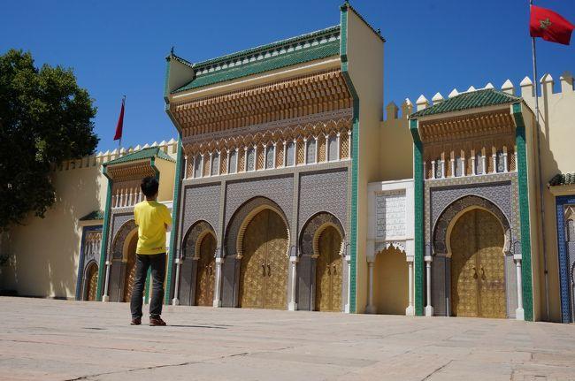 7/8に通勤の定期券が切れる時期に合わせて旅行を計画しました。<br />検討している所が事故やテロがあってなかなか決まりません。<br />一方で2年程前にチュニジアに旅行してわかったことはマグレブ地方は思ったほど遠くないということ。<br />ということでモロッコに旅先を決定。<br />チュニジアでも経験したメディナを彷徨ってみよう、ということを旅の目的に。<br />ところが子羊のように迷ってしまいました。まさにStray Sheep。<br />いかにも「梅雨」だったこの時期の埼玉を脱出し晴天のモロッコですっかり日焼けしての帰国です。<br />1ディラハム(Dh)=11.61円≒12円<br /><br />7/8, 9<br />夕方のフライトで成田からアブダビを経由してモロッコ・フェズまで行きました。