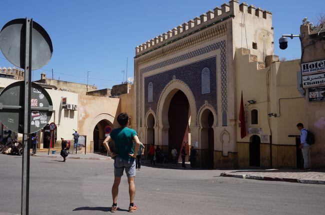 7/8に通勤の定期券が切れる時期に合わせて旅行を計画しました。<br />検討している所が事故やテロがあってなかなか決まりません。<br />一方で2年程前にチュニジアに旅行してわかったことはマグレブ地方は思ったほど遠くないということ。<br />ということでモロッコに旅先を決定。<br />チュニジアでも経験したメディナを彷徨ってみよう、ということを旅の目的に。<br />ところが子羊のように迷ってしまいました。まさにStray Sheep。<br />いかにも「梅雨」だったこの時期の埼玉を脱出し晴天のモロッコですっかり日焼けしての帰国です。<br />1ディラハム(Dh)=11.61円≒12円<br /><br />7/10<br />この日はフェズの街歩きをした後夜行バスでマラケシュに行きました。<br />メディナを歩いているとなめし革の染色をする様子を見下ろすことができるという客引きに頻繁に出会います。<br />それが返って私の興味を失せさせてしまいました。<br />メディナ内を同じ所を何度も歩いていると「道を覚えた」、というよりも本能的に目指すべきというか戻るべき所に行けたといった感じになりました。<br />Stray Sheepも行くべきところに行けるのです、迷ったり苦労したりしますが。<br />でもそれが楽しい!