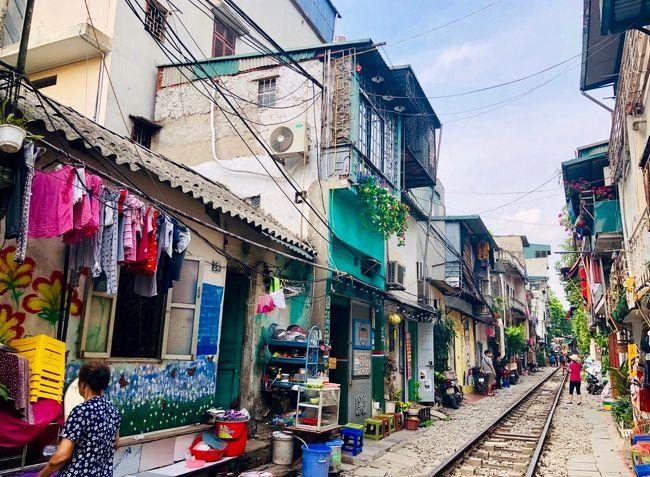 """★2019夏★ ALL個人手配で行くハロン&ハノイ/パフュームパゴダの旅行記です!<br />初めてのベトナム旅行なので、「基本の""""キ""""」をテーマに安全&楽チンを重視してスケジュールを組みました。航空券とホテルはExpedia、オプショナルツアーやチャーター車はTrip Advisor、Veltra、Vistorで予約。市内観光は主にGrabを利用。35℃前後で連日humidでしたが、雨期にも関わらず傘の出番はゼロ!無理なく楽しい5日間が過ごせました。<br />※事前準備:航空券、ホテル、現地ツアー、チャーター車の予約、Wi-Fiレンタル、Grabアプリのインストール<br /><br />[1日目]<br />10:00 ベトナム航空311便にて成田からハノイへ<br />13:50 ノイバイ国際空港着(時差+2時間)<br />14:30 ノイバイ~ハロンへチャーター車にて移動<br />17:30 ハロン着、パラダイススイーツホテル泊<br /><br />[2日目]<br />12:30 オプショナルツアーにてハロン湾クルーズ<br />16:30 ハロン~ハノイへチャーター車にて移動<br />18:30 ハノイ着、インターコンチネンタル・ウエストレイク泊<br /><br />[3日目]<br />終日ハノイ市内観光<br /><br />[4日目]<br />7:30 オプショナルツアーにてパフュームパゴダへ<br />18:00 ホテル着<br /><br />[5日目]<br />8:10 ベトナム航空384便にてハノイから羽田へ<br />15:00 羽田着(時差-2時間)"""