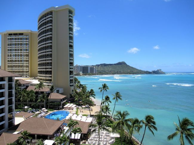 夏休みを利用してハワイに行ってきました!<br /><br />ハワイ行きを決めたのは、今年の2月くらい。<br /><br />その理由は、ANAフライングホヌに<br />乗りたかったから!<br />可愛いホヌに夫婦2人ともノックアウト(*´ω`*)<br /><br />今回はパッケージツアーではなく個人手配!<br /><br />まずは、ANAのHPよりエアチケットを購入。<br /><br />どうしても2階席に乗りたい!<br />じゃあビジネス?プレエコ?<br />ビジネスはちょっとハードルが、、<br />という訳で今回はプレエコで決定☆<br />でも復路だけ。往路はエコノミーです。<br /><br />往路:NH184便 <br />成田20:10発→ホノルル8:45着<br /><br />復路:NH183便 <br />ホノルル11:30発→成田14:45着<br /><br />帰りをプレエコにした理由は、<br />ダニエルKイノウエ空港の<br />新しいANAラウンジも利用したいから!<br />(ゆったりとホヌを眺めながら、<br />搭乗時間を過ごせるというのに惹かれた!)<br /><br />次は、ホテルです。すごく迷ったのですが、<br />ずっと憧れであったハレクラニに決定☆<br /><br />お部屋のカテゴリーでも更に悩みましたが、<br />夫は初めてのハワイ!<br />私は18年ぶりのハワイ!(笑)<br />今、私たちの出来る範囲で!<br />でも、最高のワクワクも大切にして、、<br /><br />ダイヤモンドヘッドオーシャンフロント:2泊<br />ガーデンコートヤード:1泊<br /><br />となりました!<br /><br />リクエストは、アッパーフロアで、<br />海に近いお部屋でお願いしました。<br />(でも、最初の2泊はもっとすごい部屋に<br />アップグレードしてくれて、、(*ノωノ))<br /><br />最高の部屋、その部屋からの最高の眺め、<br />本当に最高づくしの幸せなハワイ滞在を<br />楽しんできました!