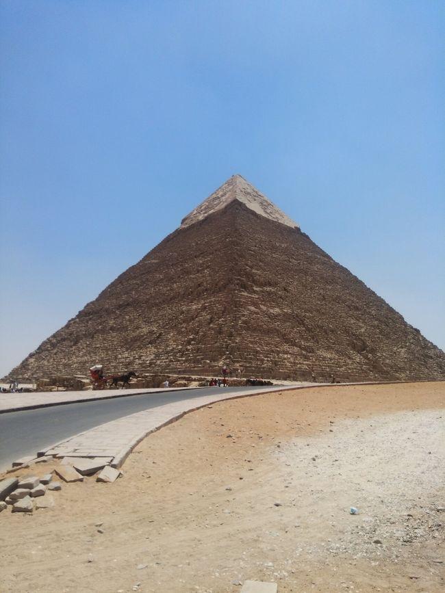 ピラミッドツアー<br />暑すぎたのでラクダにのれなかった。<br />ピラミッドの中は涼しい~!<br /><br />徒歩ではなく、馬車での移動をおすすめ!夏よりも冬が良いです。よくエジプトは年をとってから行くべきだと言われていますが、ピラミッドや砂漠はキツイと思います。衛生的にも、ご老人には過酷で辛い国だと思います。