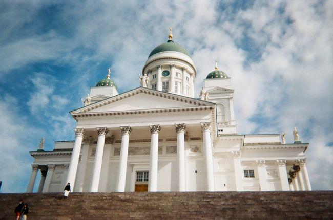 日常に追われる日々 そろそろバカンスが必要だなと、薄々感じていた矢先。<br />大好きな映画『かもめ食堂』の舞台 ヘルシンキは、直行便で10時間。<br />7月の3連休に有給をくっつけたら、行けるんじゃないかと妄想が行動へ。<br /><br />フィンランドの青い空と夏のヨーロッパの緑を思い浮かべたら行くしかないと<br />夫を説得、職場に休みを申請、同行する友人も見つかり<br />本当に行ってしまいました。<br /><br />4泊6日の2日目編です。<br /><br />まずは、大聖堂にあいさつをして周辺を観光。<br />午後は、マリメッコアウトレットに行ってきました。<br /><br />