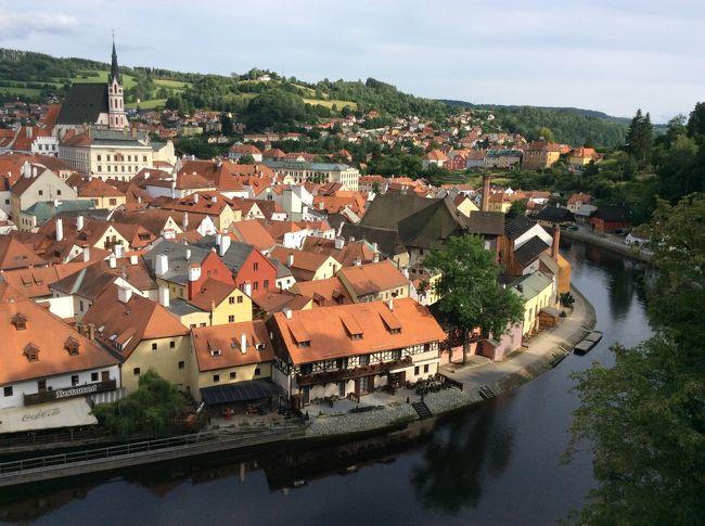 東欧に詳しい友人に「チェコに行く」と言ったところ、「チェスキー・クルムロフには必ず行ってきて」とお勧めされました。何度聞いても、読んでも覚えられないこの名前。だって、初めて聞く名前なんだもん。<br /><br />チェスキー・クルムロフは街全体が世界遺産に登録されていて、チェコで一番美しい街と言われているのだそうだ。<br />一番美しいってプラハよりも美しいのだな。<br /><br />では行ってみましょう。小さな街だから、2~3時間あれば観光できるそうだけど、南に下りてそのままオーストリアに抜ける予定なので、ここで1泊し、夜のチェスキー・クルムロフを楽しむことにしました。<br /><br />そしてチョイ住みプラハ3日目。予定していたファーマーズマーケットはどうなったのか。量り売りのワイン屋さんでワインをゲットできたのか。<br /><br />ロコ気分のプラハ生活。行ってみよ!<br /><br /><br /><br />7月6日 成田発 モスクワ乗換でプラハへ(プラハ泊)<br />7月7日 プラハの街観光(プラハ泊)<br />7月8日 プラハ観光・午後からチェスキークルムロフへ(チェスキークルムロフ泊)<br />7月9日 バートイシュルに移動。午後ハルシュタット観光(バートイシュル泊)<br />7月10日 シャーフベルグ登山鉄道乗車、ザルツブルグに移動(ザルツブルグ泊)<br />7月11日 ザルツブルグ観光(ザルツブルグ泊)<br />7月12日 ブタペストに移動(ブタペスト泊)<br />7月13日 セルビアに移動(ノヴィサド泊)<br />7月14日 ベオグラードに移動(ベオグラード泊)<br />7月15日 ベオグラード空港よりモスクワ経由で成田へ
