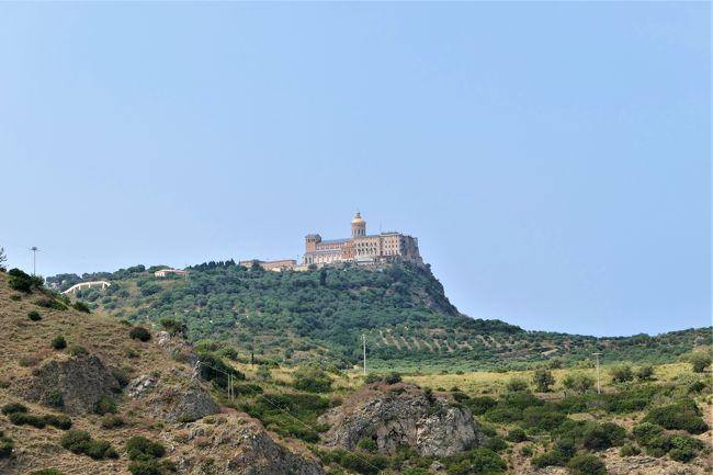 2019年6月16日から7月16日の31日間、南イタリアへ行きました♪<br />素敵な村、素晴らしいパノラマ、美しいビーチ、美味しいグルメをたっぷりと楽しんできました♪<br /><br />☆Vol.45:第3日目(6月18日)ティンダリTindari(メッシーナ県)♪<br />ミラッツォのリストランテ「Macchianera」のランチを楽しんだら、<br />ティンダリへ。<br />高速道路に入り、西へ走ると遠くに海岸から急峻な山が見えてくる。<br />それがティンダリ。<br />高速道路から下りて山へ登っていくと、<br />山上にそびえ立つ大聖堂が見えてくる。<br />その姿はまさにお城のよう。<br />30分ほどでティンダリに到着。<br />駐車場からさらに上っていくと大聖堂前に。<br />ティンダリは大聖堂と古代ギリシア遺跡の地区で、<br />町は存在していない。<br />ティンダリ大聖堂はBasilica Santuario di Maria Santissima di Tindari 。<br />1550年に黒いマリア像を祭るために大聖堂が造られるが、<br />戦争のため破壊。<br />1977年に再建された新しい大聖堂。<br />新しいながらも斬新なデザインで素晴らしい。<br />全体にパステルカラー調で優しい雰囲気。<br />シチリアでも三大に数えられる重要な聖地。<br />もちろんイタリア中から心の拠り所として礼拝が絶えない。<br />厳かな気分になり、大聖堂を眺める。<br />ゆったりと眺めて♪