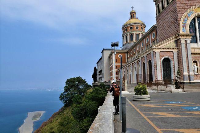 2019年6月16日から7月16日の31日間、南イタリアへ行きました♪<br />素敵な村、素晴らしいパノラマ、美しいビーチ、美味しいグルメをたっぷりと楽しんできました♪<br /><br />☆Vol.48:第3日目(6月18日)ティンダリTindari(メッシーナ県)♪<br />ティンダリはメッシーナ県に入り、<br />標高300メートルの山上にある大聖堂と古代ギリシア遺跡が有名。<br />ティンダリ大聖堂はBasilica Santuario di Maria Santissima di Tindari 。<br />1550年に黒いマリア像を祭るために大聖堂が造られるが、<br />1977年に再建された新しい大聖堂。<br />素晴らしい聖堂内を鑑賞および礼拝したら、<br />聖堂前の広場へ。<br />向かって左側は断崖絶壁でパノラマ。<br />眼下に美しい砂の州が広がり、<br />国指定の海の公園「マリネッロ」(Marinello)。<br />白い砂浜が岬のように海に描かれて美しい。<br />ゆったりと眺めて♪