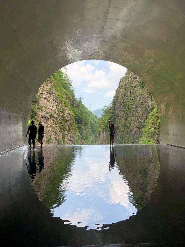 ずっと行きたかった清津峡渓谷トンネルへ行って来ました。自宅を出発し関越道を使い11時着。平日だったので高速はスイスイ&amp;現地は天気も良くゆっくり見て回れました。<br />4トラ初投稿の為これで大丈夫なのか不安ですが、見てもらえたら嬉しいです。