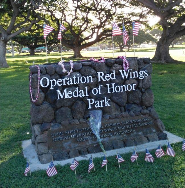 6/24から7/3まで8泊10日でハワイ旅行しました。<br />宿泊 Waikiki Sand Villa Hotel<br /><br />表紙の写真について<br />おいらが好きなrunコースのダイヤモンドヘッドロード沿いにある公園の石碑です。<br />この石碑は、2005年6月から7月にかけてアフガニスタンでの作戦『オペレーション・レッドウイング』で殉職した隊員を称えるものです。<br />ネイビーシールズ11名と他の部隊員8名の計19名が殉職し、ネイビーシールズ創設以来最悪の事態でした…。合掌。<br />このアップした中にWikipediaから引用もあります。掲載に他意はありませんが、ご指摘あれば削除します。<br /><br />runの感想<br />滞在中雨模様とレンタカーで朝早く動いた日以外に4回ほど朝のランニングをしました。<br />スマホアプリ『JogNote』を活用して記録したので、写真を添えてアップしました。<br />ハワイは今回で4度目になりますが、毎回走ってます。ワイキキからダイヤモンドヘッドを回る『ダイヤモンドヘッドロード』は左右に歩道もあるし、歩行者も少ないので丁度良いコースです。<br />概ねワイキキからダイヤモンドを回って戻ると8から9kmの距離があり、高度が上がる坂道もあれば下り坂もあるので楽しいrunになります。<br />また朝早く走るロコとすれ違うときに交わす「Hi!」や「Good Morning!」だけで生まれる &quot;勝手な仲間意識&quot; も気持ち良いものです(笑)。