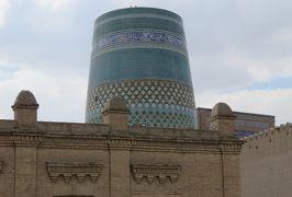 2019春、ウズベキスタン等の旅(42/52):4月28日(3):ウルゲンチ(2):イチャンカラ内での昼食、城内展示品