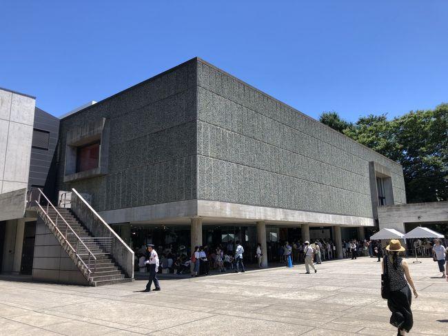 国立西洋美術館は、「ル・コルビュジエの建築作品」を構成する世界遺産です。フランス政府が中心となって、世界7カ国の17建築作品が登録されたとても珍しい世界遺産です。<br />今回、親しくさせていただいている画家のSさんに誘われて開設60周年記念として開催されている「松方コレクション展」を観覧してきました。<br />9:30の開場に合わせて9時に並びましたが、すでに先客が40名ほど並んでいました。なんとか日陰に立つことができ、しばし待つ間に200名ぐらい並んだところで開門。<br />今まで庭の彫刻には気を留めていなかったのですが、「松方コレクション展」を観て、あらためて貴重な作品であることを知り、じっくりと観察してきました。