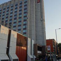 ロンドンのお宿はWest Bromptonの駅の近く。団体さん御用達の大きなホテルです。