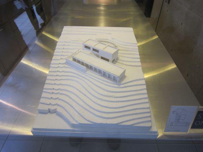 デザイナー小篠弘子「コシノヒロコ」氏が芦屋市奥池町の自宅を「KHギャラリー芦屋」として一般公開されている。敷地面積350坪の同ギャラリーは小篠弘子氏のアート作品を展示されている。<br /> 自宅は安東忠雄氏の設計でコンクリート打ち放しの壁面と開放的な窓から自然光が入り込んでおり、壁面にアートが展示されていた。