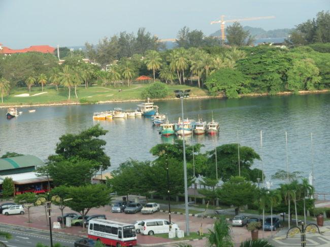 6月30日から7月5日までマレーシアのコタキナバルとブルネイの旅をツアー(阪急交通社トラピックス・現地係員対応)を利用して旅行をしました、今年3月15日に就航したロイヤルブルネイ航空を利用して行きました、成田からブルネイのバンダルスリブガワン空港を経由してマレーシア・ボルネオのコタキナバル国際空港に到着、宿泊は市街地中心ウォーターフロントにある「プロムナードホテル」に3泊しました。<br /><br />最初の食事はコタキナバル市街のスリアサバショッピングモール内にあるレストランでニョニャ料理でした、空港から直接レストランに、マレーシア料理として知られているニョニャ料理をツアー参加者と一緒に食べました。<br /><br />*今回は旅仲間と3人でツアーに申し込み参加、貸切バス2台で移動、1台27人で乗りました、ボルネオでの現地ガイドは男性のカールさん、以前はキナバル山の登山ガイドをしていた人でした。