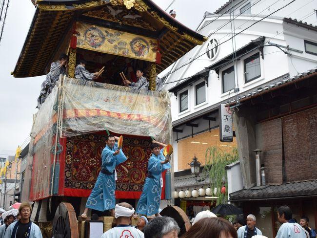2019年7月、祇園祭の前祭、準備が進む鉾町を歩きました。鉾立の様子、曳初めが終わって提灯を飾り付けている函谷鉾、そして放下鉾の勇壮な曳初め。あいにくの小雨でしたが、間近でじっくり見ることができました。<br /><br />・曳初めが終わって提灯が飾り付けられた函谷鉾<br />・準備が進む、菊水鉾や月鉾、長刀鉾<br />・翌朝の菊水鉾、大船鉾、鶏鉾、函谷鉾、長刀鉾<br />・準備中の霰天神山、伯牙山、白楽天山、占出山<br />・占出山のちまき売りと懸装品<br />・放下鉾:鉾立の様子と曳初め<br /><br />表紙写真は、放下鉾曳初めの様子。
