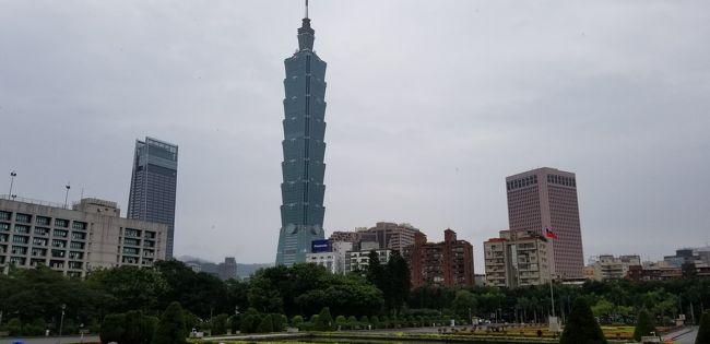 5月2日 台北到着2日目、天気は梅雨の為、あまり良くありませんでした。<br />でも台北は久しぶりなので、地下鉄に乗って街へ繰り出しました。<br />ヨーヨーカーは以前に使用したものに残金があったので、そのまま使用しました。スマホで残金も確認できます。<br />まずは、台北駅に行き、台南へ行く新幹線のチケットを受け取って、忠孝新生へ向かい、その後、孫文さんに会いに行き、遅めの昼食は鼎泰豊、夜は胡椒餅を求め、ラオハージエグアングアンイエシーを訪れました。<br />