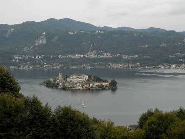 イタリア旅の滞在3番目は湖水地方の町、オルタ・サン・ジュリオ。滞在中は時折り雨が落ちてくる天候で、空も湖面も水色と言うより灰色に近いかも。しかし、小高い山と緑に囲まれて、中央に小さなサン・ジュリオ島が浮かぶオルタ瑚の美しさと言ったら。都会とは違う静けさに包まれ、高台には人々の祈りの場所・聖地サクロ・モンテがあるオルタ・サン・ジュリオ、良かったです。ローマ・フィウミチーノ空港から空路でミラノ・マルペンサ空港へ。そこからオルタ・サン・ジュリオへはマッジョーレ湖畔のストレーザを通るバスも利用したので、途中、湖や付近の山々の姿も見られました。<br /><br />〈旅の予定〉<br />9月4日伊丹→成田→ローマ<br /> 実際は9月3日関空→羽田、東京前泊<br /> 9月4日成田→ローマ<br />9月5日ローマ→ティーボリ<br />9月6日ティーボリ→オルタ・サン・ジュリオ<br />9月7日オルタ・サン・ジュリオ→トリノ<br />9月8日トリノ<br />9月9日トリノ→ミラノ<br />9月10日ミラノ<br />9月11日ミラノ(→アムステルダム)→<br />9月12日関空<br /> 実際は9月11日ミラノ→<br /> 9月12日成田、羽田→伊丹<br />