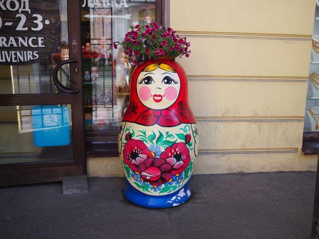 ロシアはサンクトペテルブルクとモスクワを旅して来ました。<br /><br />まずはロシアビザのお話…。<br />私は出来る限りビザも自分で取得したいと思っていまして(それさえも旅の一部と思っています)今までもインド・カンボジア・ミャンマーとビザを自分で取得しました。<br />ですので、行きましたよ…ロシア大使館領事部へ!<br />申請時間が9:30からでしたので8:30頃には到着しました。<br />えっ!!驚くほど長蛇の列( ゚Д゚)<br />ロシアの旅は人気なんだなー(*^^*)とウキウキしながら待つこと1時間。<br />入り口が開いて順々に整理券を取っていくようです。<br />前の方から「えーっ」「なんでー?」「うそーっ」と驚きの悲鳴が…。<br />どうやら1日に受付する人数が決まっているようで(24件)整理券が取れないと今日はサヨナラーらしいのです(/ω\)<br />そんなのネットにも載ってなかったし、ロシア大使館のHPにも載ってなかった(`´)<br />怒りMAXの私は翌日始発に乗り朝6時から大使館前に並んでやりましたよ(`´)1番乗り!!<br />7時ごろからドンドン人が並び始めました。<br />もちろん整理券は1番をゲットして無事に申請を終えて、1週間後に引き取りに行きました。<br />2019年7月からは完全予約制になっていますので、大使館に並ぶ人もいなくなっているのでしょうね。<br />でも予約も取りずらいのだそうですよ(-&quot;-)<br /><br />出発前にこんなことがありましたが、行ってみて大満足!<br />とにかく楽しかった!人が優しい!街が美しい!美味しいものいっぱい!<br />行先の選択に間違いはなかった(^^♪<br />思い出しては「よかったなー♪」とつぶやいてしまう私です(*^^*)<br /><br /><br />