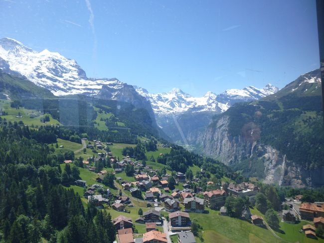 今年も一人でスイスへ。それでもやっぱりベルナーオーバーランドへ行くのは抜くことが出来ないのです。何べんも行っているのに、他にもいいところが一杯あるのに・・・。とにかくこの辺りは安心して、ゆっくり過ごすことが出来る気がします。今回はグリンデルワルトへもユングフラウヨッホへも行かずに、シルトホルンとメンリッヘンで過すということにしました。去年も行ったメンリッヘン、やはりここが一番、山・谷・滝・空・高原・見晴らしが素晴らしいと思っています。ゆっくりできるし、人も少ないし。シルトホルンは噂・口コミで穴場的人気だったので楽しみにして行った。確かに360度の眺望とスリルのあるアトラクションが頂上にも中間駅にもあって面白いが、何分にもあの三名山からの距離がメンリッヘンよりかなり遠いし、それに自然の場所の散策場所がないので、やっぱり物足りない感が残った。それにしてもこの辺りの渓谷と山の景色は忘れられないです。