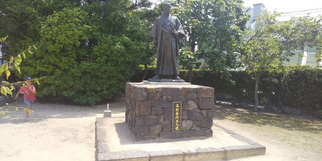 幕末史の中心だった萩。<br />吉田松陰、高杉晋作、桂小五郎に伊藤博文。<br />幕末のみならず近代日本の礎を築いた人物達の足跡が辿れる萩は、日本史ファンには堪らないまずはエリアだ。<br /><br />何度も足を運んでいるが、この日はまずは城下町へ。<br />中央駐車場に車を停めて、まずは久坂玄瑞の進撃像を見て城下町へ。<br />高杉晋作広場を通って城下町を抜けて初めての萩博物館へ。<br />「危険生物大迷宮」が企画ものとして開催されていた。<br /><br />中々面白い催しを見たあと、昭和の家の再現を見ながら博物館を満喫。<br />再び城下町に戻る。<br />城下町にあるカフェで夏みかんジュースを飲んで涼む。<br /><br />車で明倫学舎へ。<br />ここは2度目だが、今回はじっくり回った。<br />幕末維新に活躍した志士や人物の足跡や萩の歴史など世界遺産を含め楽しめる。<br />いや勉強になる。<br /><br />