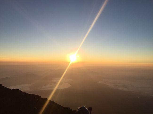 8/3・4の一泊二日で日本のテッペンである富士山・山頂よりご来光を拝む旅。<br />F.G.T(富士山ご来光登山の略)の山ノボラー仲間24名で、バス1台をグループチャーターして、東京?富士山の交通手段とした。<br /><br /><br />【8/3(土)初日】7:15品川駅港南口集合・バス乗車⇒11:00表富士五合目レストセンター昼食・高度順応⇒13:00登りルート:富士宮ルート・富士宮口5合目より登山⇒17:45九合目・万年雪荘(山小屋)到着・夕食・宿泊,19:00就寝<br /><br /><br />【8/4(日)二日目】1:00起床,1:30九合目・万年雪荘(山小屋)出発⇒3:15富士山登頂・4:44ご来光・6:00日本最高峰 富士剣ヶ峰(標高3,776m)・お鉢めぐり⇒7:00下山ルート:御殿場ルート下山⇒13:00御殿場口新五合目⇒13:35日帰り立寄り温泉「富士八景の湯」入浴⇒15:10バス乗車・帰路⇒18:30品川駅港南口解散<br />  <br />   <br />※今回は、【8/4(日)2日目】分です。