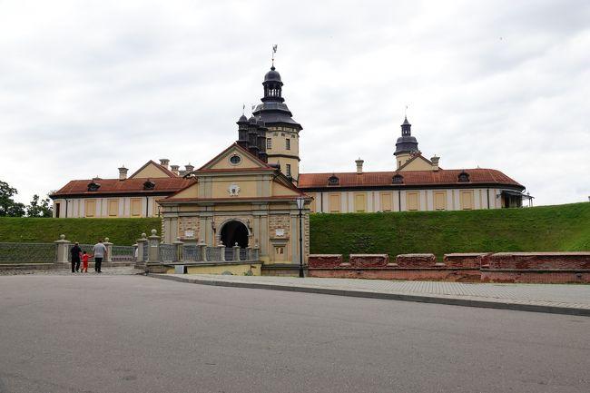 ベラルーシには歴史的建造物がほとんどない。その中で、宝物が奇跡的に2つ残った。それがニャースヴィシュ宮殿とミール城である。ミンスクからバスでそれぞれ日帰りで行ける。1日で両方を回ることも可能である。なお、行くのは平日に限ります。<br /><br />まず、ニャースヴィシュへの行き方だが、ミンスクのバスターミナルから7:50と15;00の2本のバスが出ている。この街を経由する便があるとは思うが、ターミナルのINFではこの2本しか情報が得られなかった。なお、バスはバンタイプで15人ぐらいしか乗車できないので、前日までに切符を買っておくこと。<br />所要時間は2時間程度です。<br /><br />帰りの便は13:40、14:35、16:00、18:45です。18:45以外はこの街を経由してミンスクに行く便で、切符は車内で買います。バスはバンタイプで15人程度が定員です。18:45はこの街発なのでターミナルで切符が買えます。<br />なお、この街からミール城のあるミールまでは14:26のバスが1本だけあります。なお、ターミナルにタクシーがいて、ミールまで行きます。料金は35BYNと言ってました。<br /><br />バスターミナルを出て右方向に進むと旧市庁舎(見学可能)があり、そこを左折して進むと古い教会があり、その先に入り口と切符売り場があります。ターミナルから15分ほどで着きます。<br />宮殿は湖に囲まれた公園内にあり、雰囲気が良いです。中はきれいに整備されていて、ビニールの履物を着けて城内を回ります。1時間以上はかかりますが、バスの時間まであるので、のんびり回ると良いです。なお、近くにある教会や旧市庁舎も古いままの建物で、見学が可能です。自分は時間に余裕があったので、2つの場所を1日づつ日帰りとした。<br /><br />次にミール城ですが、バスターミナル発が8:40と11:50の2本です。8:40のバスは珍しく大型でした、いつも大型とは限らないので、前日までに切符を買って下さい。所要時間は1時間半で、高速のような道を飛ばして走ります。<br />帰りは12:29、13:10、15:45、16:20,19:30と経由便ですが、本数はあります。切符はバスターミナル内で販売しています。ここの切符売りのおばさんは親切ですので。<br /><br />ミール城の場所はバスが街に入って行く途中にあるので直ぐに分かります。また、お城の入り口前にCafeがありクレープが美味しいですので。ただし、ロシア語しか通じないので、クレープと言ってもダメですから。雰囲気の良いCafeです。<br /><br />入り口のところに切符売り場とトイレがあります。1時間程度で見れます。城内はよく整備されていて、大事にされていることが分かります。<br />なお、ミールの街はすごく小さいですから。でもミール城を見に来る観光客は多くいます。主にベラルーシの人とロシア人です。<br /><br />バスターミナルでは必ずロシア語で行先と時間を書いて示してください。そうしないと切符も買えませんので。ロシア語で書けば有名観光地なので相手は直ぐに分かります。また、帰りのバス便はミンスクに入ると最初に地下鉄駅のある場所に止まります。そこで降りて地下鉄で市内に向かう方が便利と思います。また、そこが終点となることもあります。<br /><br />このベラルーシの宝物を是非、見に行ってください。<br />