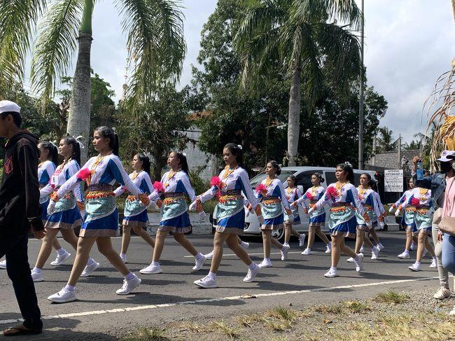 17日はインドネシア独立記念日です!<br />記念日に向けて、あちこちでイベントが開催されています。<br />ウブドのある県、ギニャール県のギニャール市でもイベントが開催されています。<br /><br />先日は女子高生による、行進パフォーマンスが行われました。ギニャールの広場から大通りをパフォーマンスしながら行進します。<br />鮮やかな衣装とメイクをして、パフォーマンスも素敵でした!<br />17日まで色々なイベントが開催されます。楽しみです。